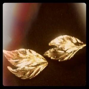 BEAUTIFUL GOLD TONE VINTAGE EARRINGS $6